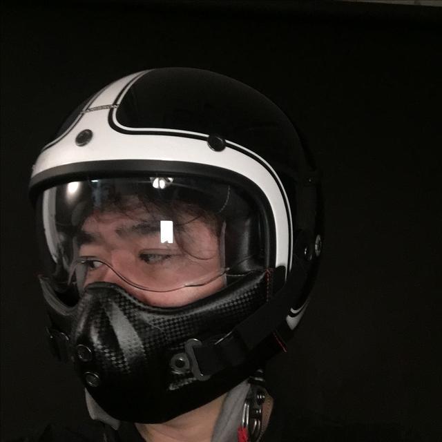 画像: Saori記者からは「厨二病ですか??」と揶揄されたが、標準でついているチンガードを装着すると気分は上がる。この戦闘機乗りぽい形、とても気に入っているのだ。気分はエリア88(©新谷かおる先生)なんだ(やっぱ厨二病か・・・?)。