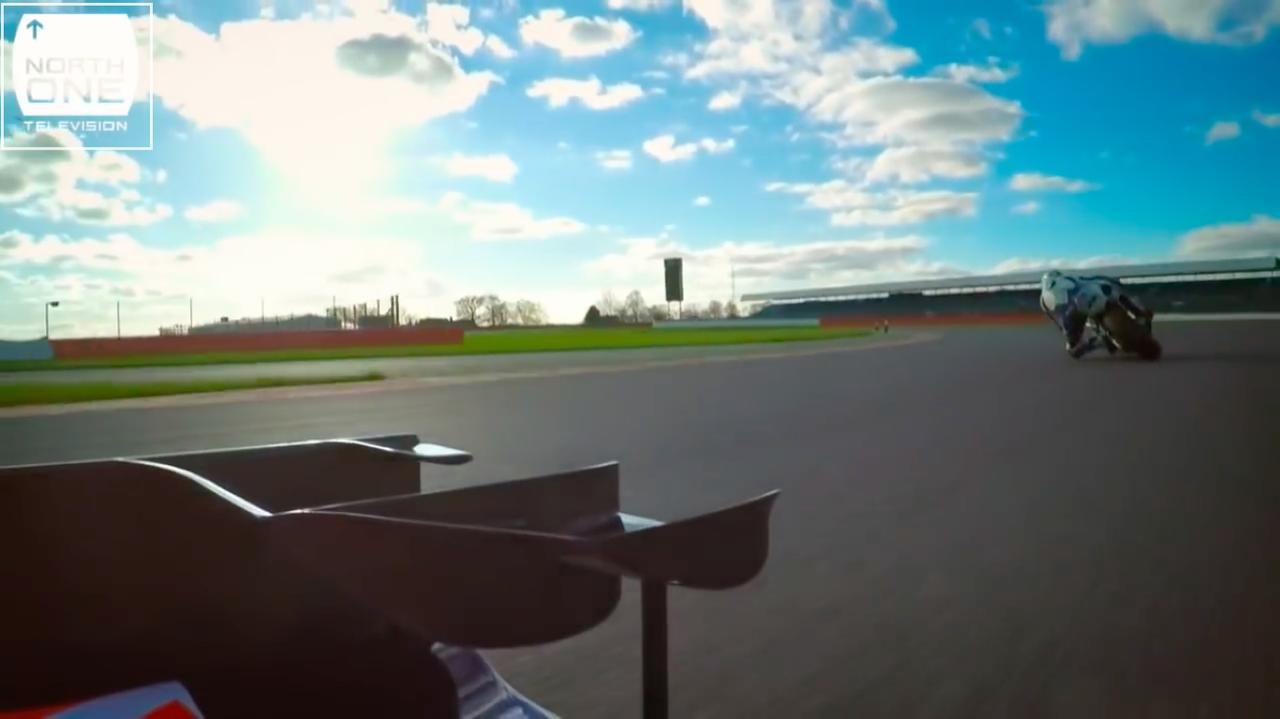画像: F1の車載カメラに、2輪が映るというのも、なかなかレアなことですね。 www.youtube.com