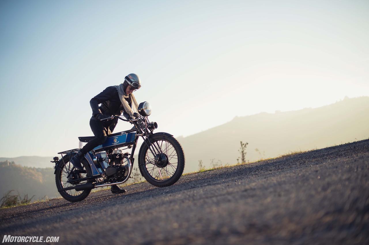 画像: コンビニにこれが現れたら今いる時代を見失いそうです www.motorcycle.com