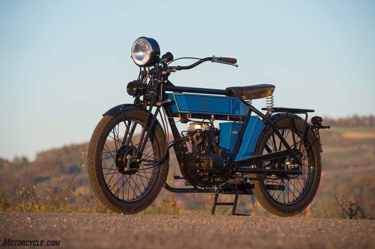 画像: 当時の車両をレストアしたかのような出で立ち www.motorcycle.com
