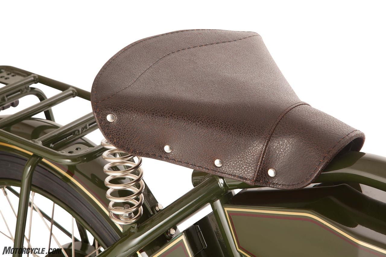 画像: 段差ではお尻上げないと突き上げがきつそうですが。慣れると案外楽しいスプリングシート www.motorcycle.com