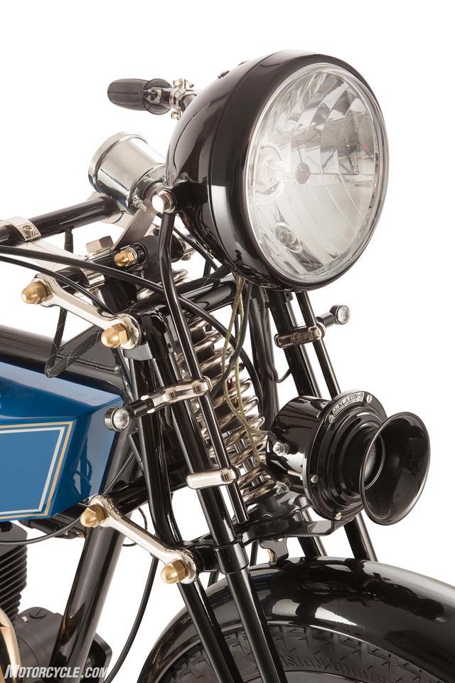 画像: ガーダーフォークに存在感抜群のホーン www.motorcycle.com