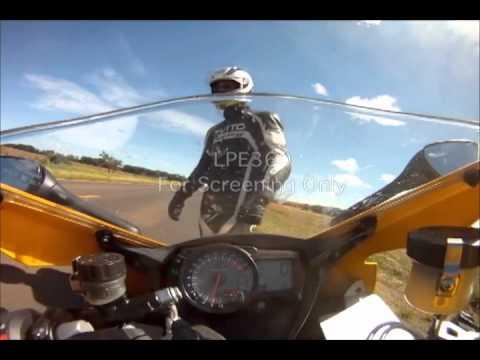 画像: Stowaway Snake Attacks Motorcycle Rider Pushing 155 MPH In Brazil (Original Video) youtu.be