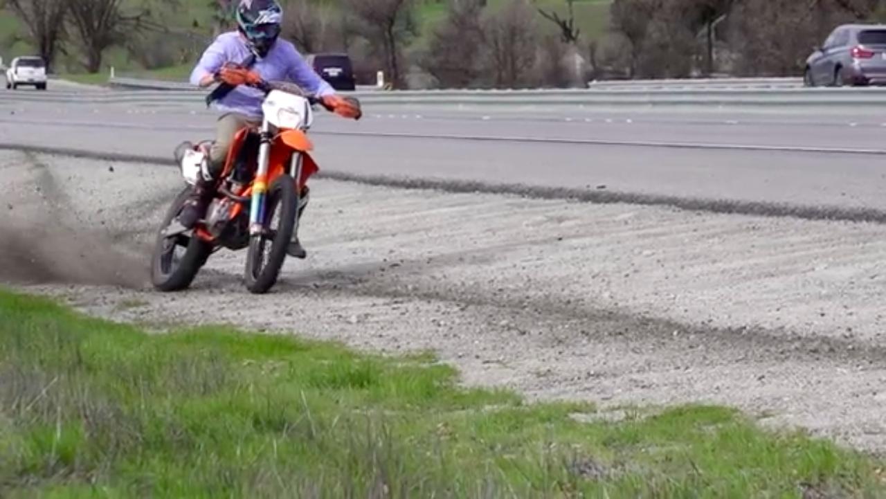 画像: フリーウェイを走ってますが、あえて路肩のダート部分を楽しんじゃいます? www.youtube.com