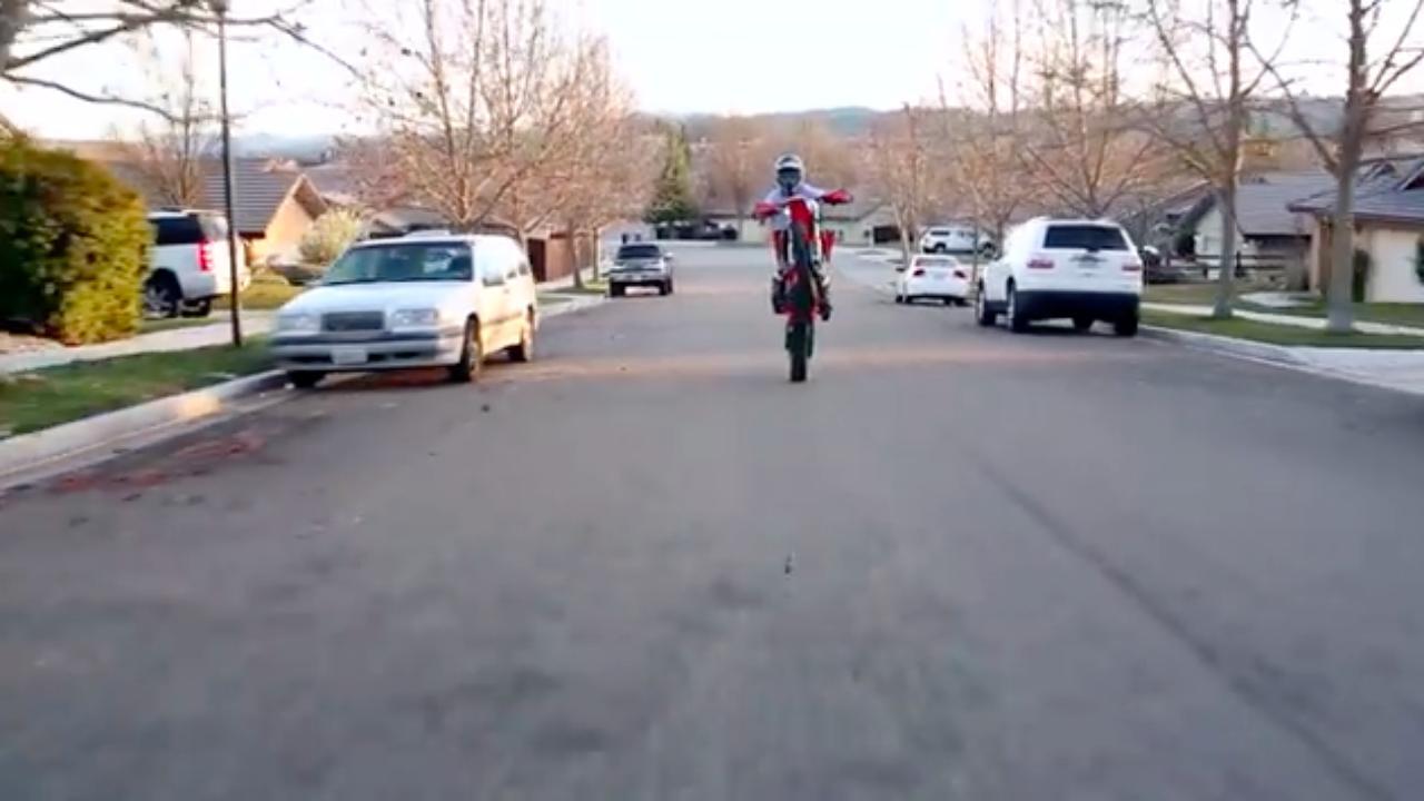 画像: 通勤がウキウキで楽しいと、思わずフロントも浮いてしまいます? www.youtube.com