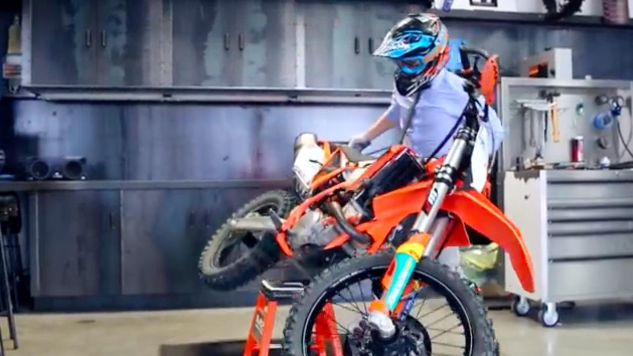 画像: よっこらしょ、とスタンドからバイクを下ろします・・・。 www.youtube.com