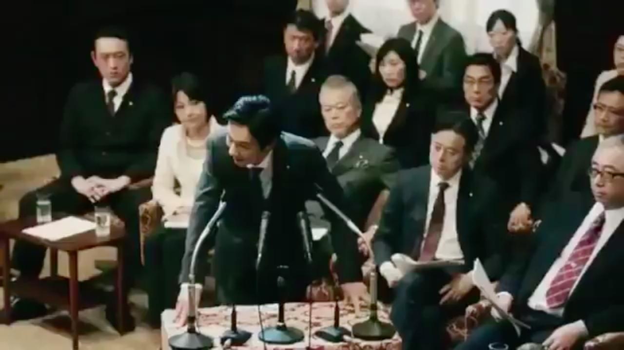 画像: 不規則発言(ヤジ)に煽られながらも、堺代議士?の熱弁はとどまるところをしりません・・・。 www.youtube.com
