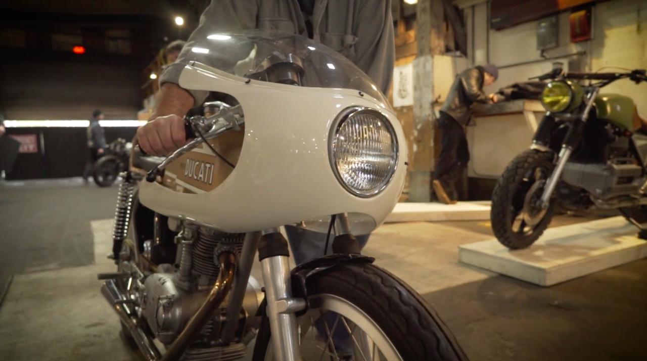 画像: ショーケース会場に搬入されるカスタムバイクたち・・・。 the1moto.com