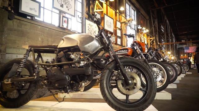 画像: オールドスクールからニュースクールまで、展示されるカスタムバイクのバラエティは豊かです。 the1moto.com