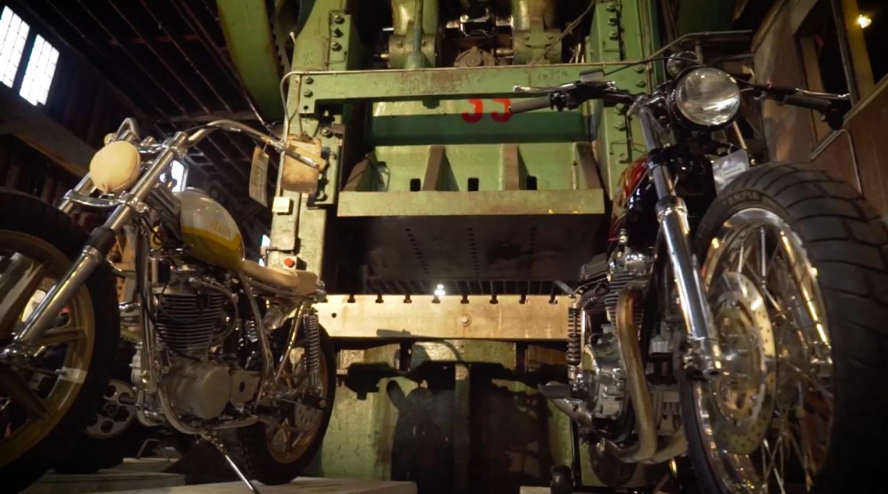 画像: 会場となったのは、ヒストリックな古い工場内なので雰囲気満点。後ろにあるのは、巨大なフォージング・プレス・マシン(鍛造加工機)です。 the1moto.com