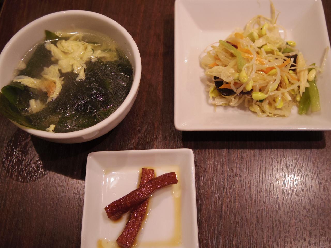 画像: スープ、漬け物、もやしの冷菜。