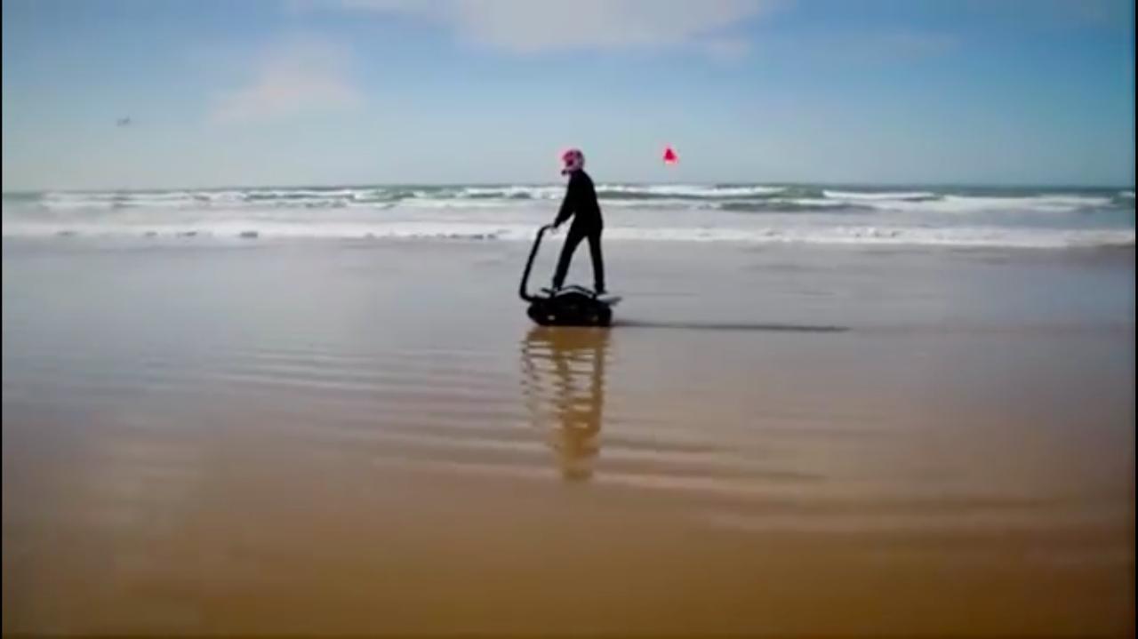 画像: 乗車姿勢はスタンディングです。体重移動で無限軌道(俗に言うキャタピラですね)の乗り物を操縦できるのが面白いです。 www.youtube.com