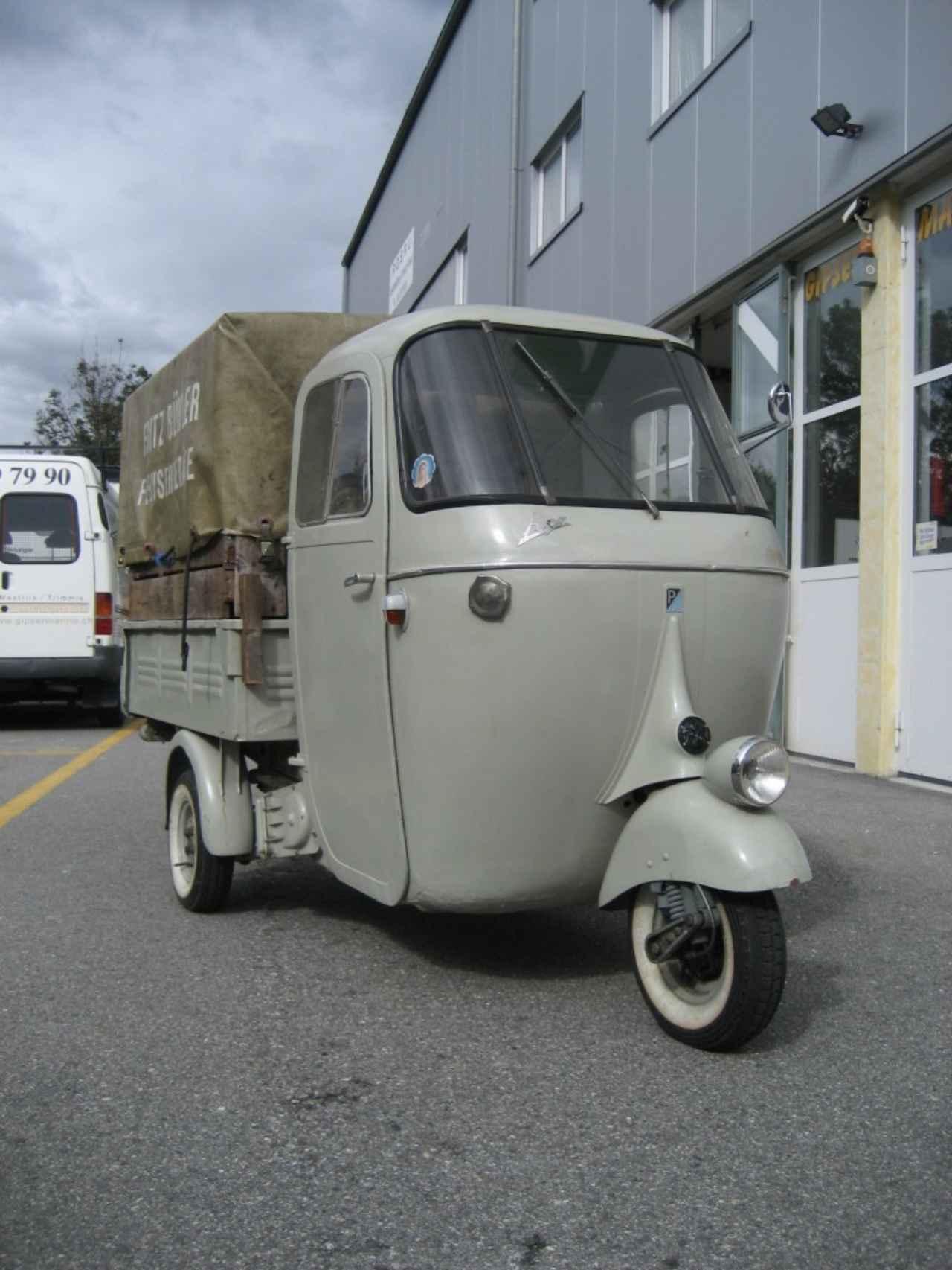 画像: こちらは1958年型のApe AC2T。2ストローク150cc単気筒エンジンを搭載。小さい力持ち・・・といったカンジのモデルで、結構な荷物を運べる能力を持っています。 www.rollerwelt.org