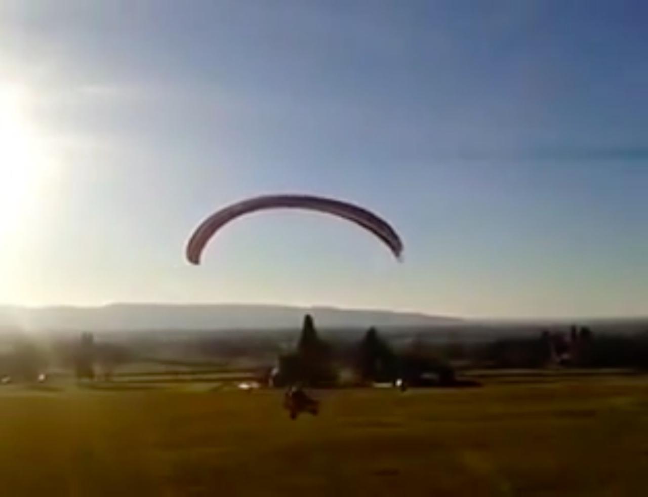 画像: え〜、アペにパラグライダーをつけて、空を飛ぼうというワケですかぃ〜!!! www.youtube.com