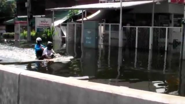 画像: すると、1台のモーターサイクルが、後ろに人を乗せて水の中を走っていきます!!!!!!!!!! www.youtube.com