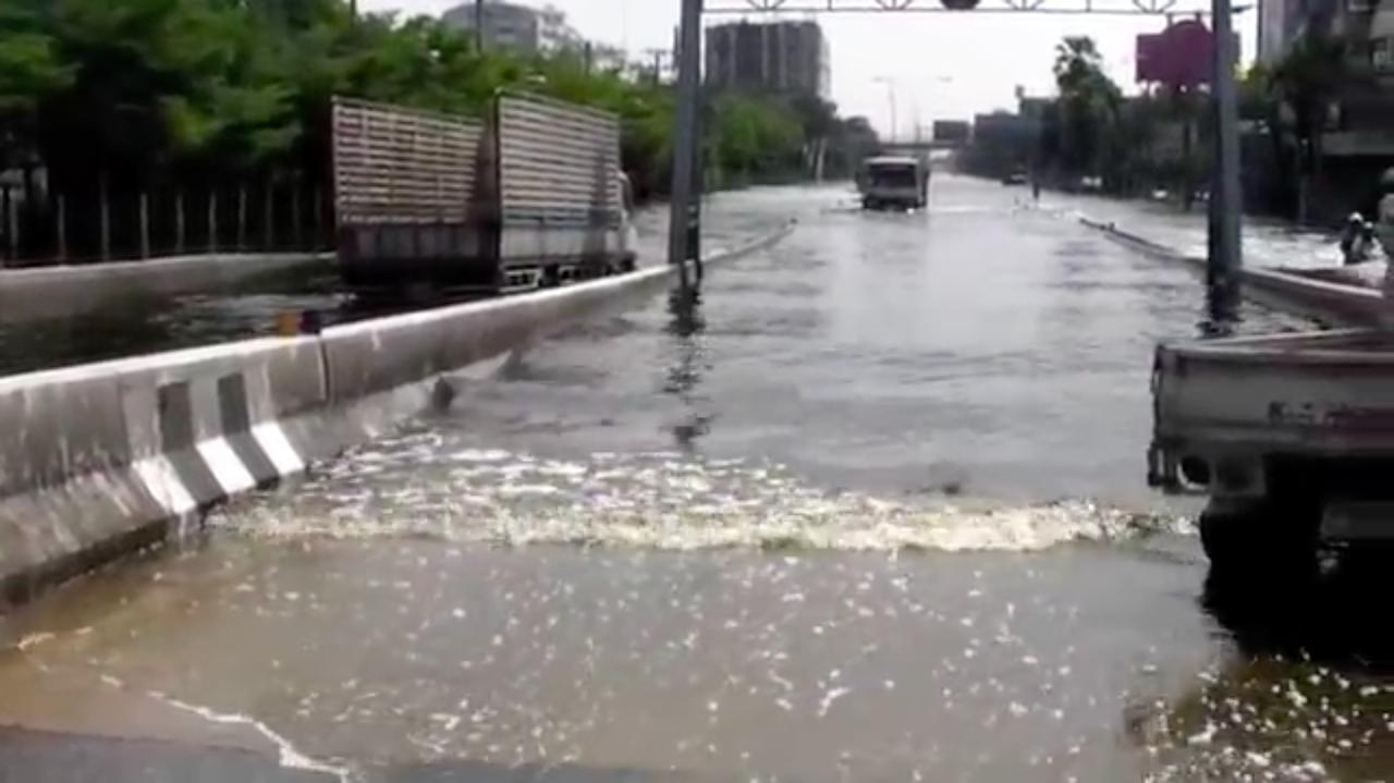画像: 道路がまるで河川のようになっています・・・被害の大きさがよくわかりますね・・・。 www.youtube.com
