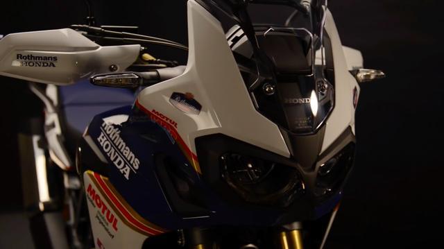 画像: 動画のワンシーン。う〜ん、白と青のグラフィックが、精悍な印象をCRF1000Lに与えます。 www.youtube.com