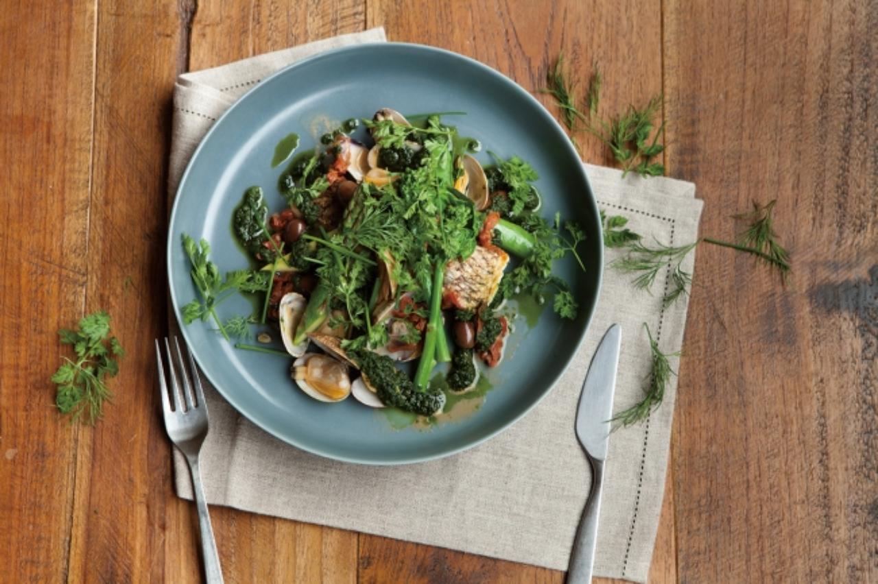 画像: ■緑のアクアパッツァ 2,100円(税込) 国産の真鯛とあさりを使用し、そのうまみとドライトマト、ケッパー、オリーブ、数種類のハーブとオリーブオイルでつくったオリジナルのグリーンソースを加えて仕上げた緑のアクアパッツァ。緑野菜とハー ブによる彩り鮮やかな一皿となっています。 ※その他、自家製鴨ハムとインゲン豆のサラダ、帆立とマッシュルームのアヒージョ、シャンパンやワインなどロカボに適したメニューやドリンクを各種取り揃えております。