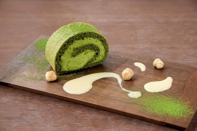 画像: ■抹茶ロールケーキ(1日10食限定) 800円(税込) 11:00より閉店まで提供。なくなり次第終了。さっぱりした甘さの抹茶クリームのロールケーキが 低糖質で登場。鎧塚シェフの味をおいしく健康にお楽しみください。 糖質2.87g