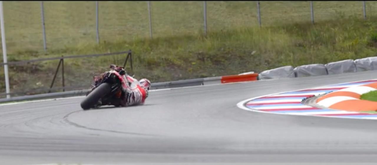 画像: ズルっとタイヤがグリップを失い、マルケスの体がガクンとイン側に落ちます・・・。 www.youtube.com