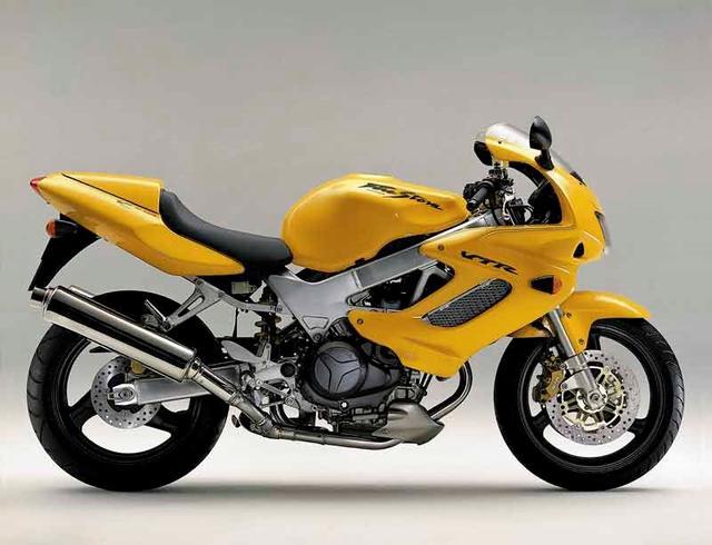 画像: 2000年前後の時代に、ホンダはSBK(世界スーパーバイク選手権)などで、ドゥカティに対抗してVツインで戦っていました。公道量産スポーツのVTR1000Fは、そんな時代を象徴するVツインモデルと言えるでしょう。 images.mcn.bauercdn.com
