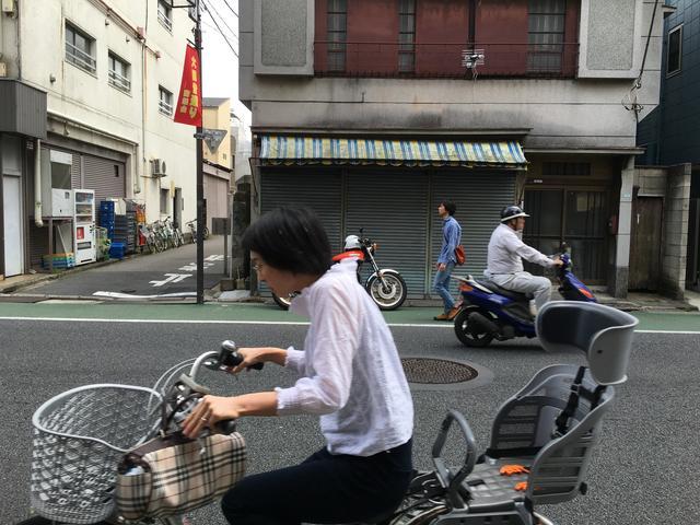 """画像: オートバイに関心がない人たちからすれば、旧車だろうが最新のスーパーバイクだろうが風景に溶け込んだ""""何か""""に過ぎない。"""