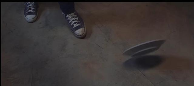 画像: 足元に投げつけられた皿。 www.youtube.com