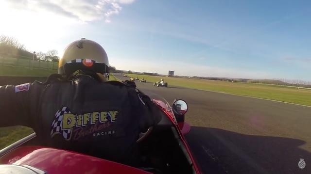 画像: するとサイモンさん、おもむろに「あること」をして、コースに復帰することを試みます・・・ナルホド! www.youtube.com