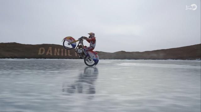 画像: マシンはアイスレース用のヤワ(JAWA)です。専用燃料で単気筒エンジンながらものすごいパワフルさを誇ります。 www.redbull.com