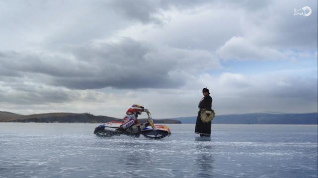 画像: 地元のシャーマンが、イワノフのチャレンジを見守ります。 www.redbull.com