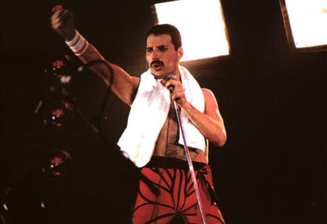 画像: 1985年、オーストラリアのシドニーでのコンサート。熱唱するクイーンのフロントマン、フレディ・マーキュリー。 www.queenlive.ca