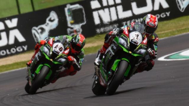 画像: レース1、2ともに、2位争いを繰り広げることになったJ.レイ(右)とT.サイクスのカワサキファクトリー勢。 photos.worldsbk.com