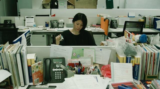 画像: 勤務先ですることといえば・・・書類の山にひたすらハンコを押すことだけ・・・。 vimeo.com