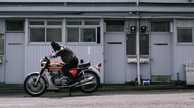 画像: ホンダCB750Four K6を必死でキックする主人公・・・アキ。 vimeo.com
