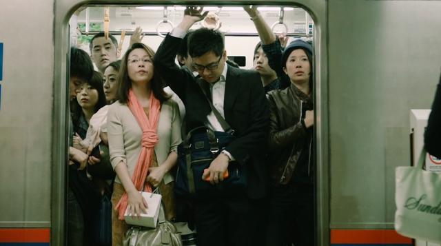 画像: 結局エンジンがかからないので、朝の満員電車の車中の人になるアキ・・・。 vimeo.com