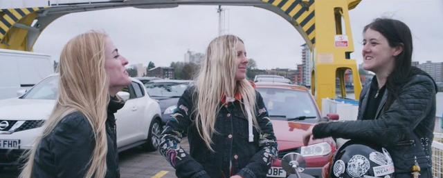 画像: フェリー乗り場で乗船を待つ間、チャッティングを楽しみます。 vimeo.com