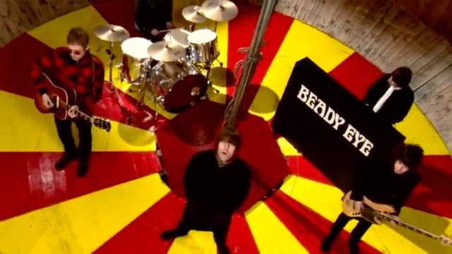画像: コートのポケットに手を突っ込んで、こちらに向かって歌っているのが、「平成の悪口王?」ことリアム・ギャラガーなのDEATH!! www.youtube.com