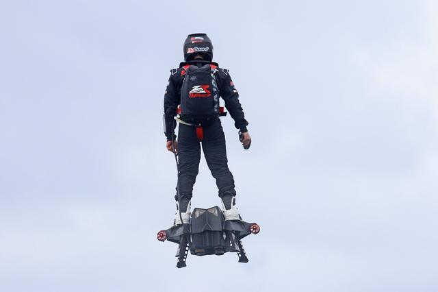 画像: Flyboard® Air Farthest flight by hoverboard (achieved on 30th April 2016 by Franky Zapata) www.youtube.com