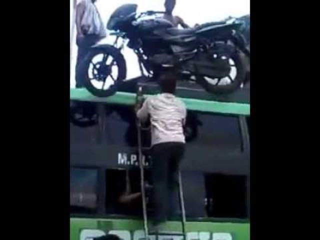 画像: Humans help Motorcycle get a ride on top of a bus - India Edition youtu.be