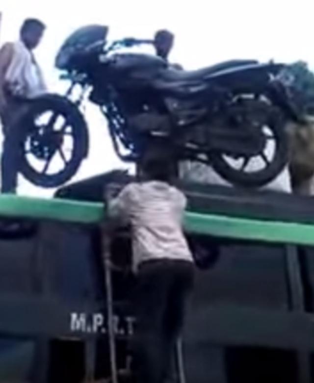画像: ありえない運び方をするインド人