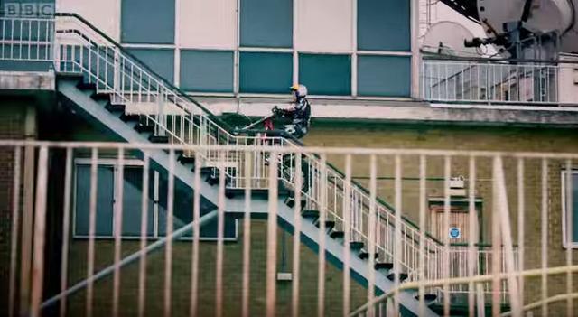 画像1: 【灼熱バトル!】パルクール VS バイク。どっちが先に目的地にたどり着くことができるでしょう?