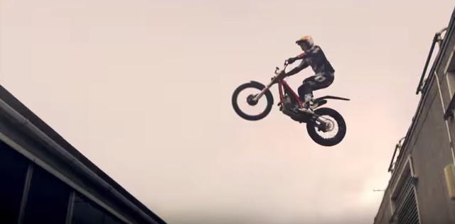 画像: 【灼熱バトル!】パルクール VS バイク。どっちが先に目的地にたどり着くことができるでしょう? - LAWRENCE - Motorcycle x Cars + α = Your Life.