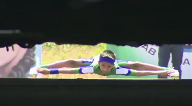 画像: 【ギネス更新!】超軟体ローラースケートボーイが車の下をくぐり抜ける動画。