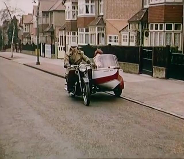 画像: カップルがサイドカーでおでかけ。ちょっとわかりづらいので確証はないですが、本車はアリエルの2気筒ですかね? www.youtube.com