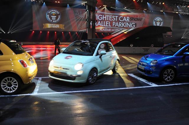 画像: Fiat 500 sets Tightest Parallel Park Guinness World Record www.youtube.com
