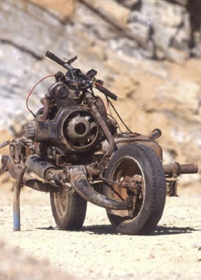 画像: Mad Maxの世界観です。本人は本当に必死だったと思います。 m.thevintagenews.com