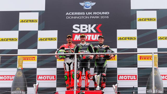 画像: レース1の表彰台、右からジュリアーノ、サイクス、レイです。 photos.worldsbk.com