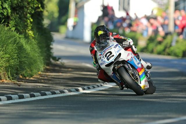 画像: マン島TT用にモディファイされたホンダRCV213V-Sで、マン島TTコースを激走するB.アンスティ。 www.bikesportnews.com