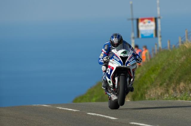 画像: 今年はTyco BMWのエースとして戦うイアン・ハッチンソン。月曜日に続き、火曜日の練習走行でもスーパーバイククラスの首位をキープしました。 www.bikesportnews.com