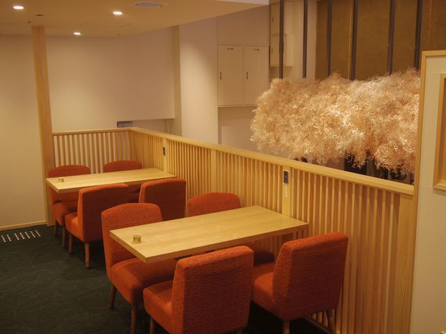 画像: 中2階はテーブル席